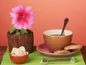 Kaffee mit zucker zum frühstück auf einen hellen farbigen hintergrund — Stockfoto