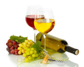 Botella y copas de vino y uvas maduras aisladas en blanco — Foto de Stock