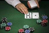 Poker instelling op groene tafel — Stockfoto