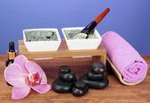 Arcilla cosmética para tratamientos de spa en primer plano de fondo violeta brillante — Foto de Stock