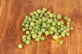 Uva spina verde su sfondo in legno — Foto Stock