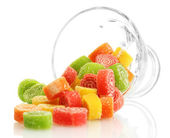 Caramelos de la jalea coloridas en recipiente de vidrio aislado en blanco — Foto de Stock
