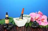 Cosmetic clay for spa treatments on blue background close-up — Stock Photo