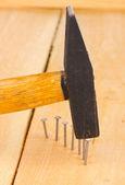 Ahşap tahta ve çekiç metal çivi — Stok fotoğraf