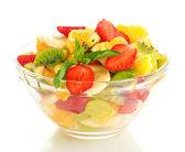 Tigela de vidro com salada de frutas frescas, isolada no branco — Foto Stock