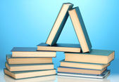 Pile de livres sur fond bleu — Photo