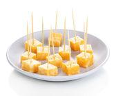 Canapés de queijo no prato isolado no branco — Fotografia Stock