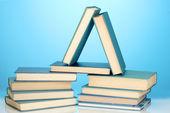 Yığın kitap mavi zemin üzerine — Stok fotoğraf