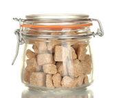 Zuckerdose mit braunen rohrzucker klumpen isoliert auf weiss — Stockfoto