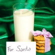 Glass of milk and cookies on green cloth background - Foto Stock