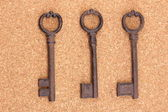 一串软木背景上的古董钥匙 — 图库照片