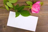 Mooie roos op houten achtergrond — Stockfoto