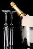 Garrafa de champagne no balde com gelo e binóculo preto — Foto Stock