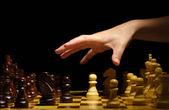 Schachbrett mit schachfiguren isoliert auf schwarz — Stockfoto