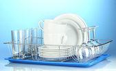 чистые блюда на стенде на синем фоне — Стоковое фото