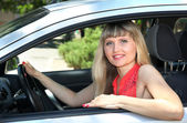 Glücklich lächelnde blonde frau im auto — Stockfoto