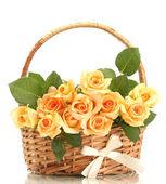 Mooi boeket rozen in mand geïsoleerd op wit — Stockfoto