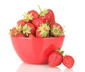 Słodkie dojrzałe truskawki w miska na białym tle — Zdjęcie stockowe