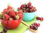 Zralé jahody a třešně jahody v miskách izolovaných na bílém — Stock fotografie