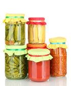 Vasetti con verdure in scatola, isolate su bianco — Foto Stock