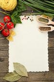 Livre de légumes de recettes et épices sur table en bois — Photo