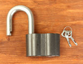 Old padlock with keys on wooden background close-up — Stock Photo