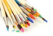 Ile üzerine beyaz izole guaj boya fırçaları — Stok fotoğraf