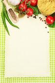 Papier do receptur, warzywa i przyprawy na zielonym tle — Zdjęcie stockowe