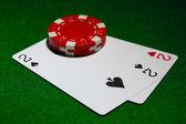 卡和绿色桌上扑克的芯片 — 图库照片