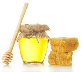 Sweet honey in jar with wooden drizzler and honeycomb isolated on white — Foto Stock