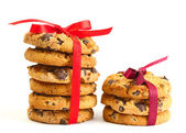 Chocolate chips cookies with red ribbons isolated on white — Stok fotoğraf