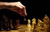 Tablero de ajedrez con piezas de ajedrez aislada en negro — Foto de Stock