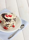 Słodkie ciasto z czekolady na tabliczce na drewnianym stole — Zdjęcie stockowe