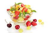 与新鲜水果沙拉和浆果孤立在白色玻璃碗 — 图库照片