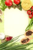 Χαρτί για συνταγές, λαχανικά και μπαχαρικά σε φόντο πράσινο — Φωτογραφία Αρχείου