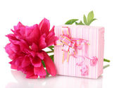 Beautirul pink gift and peony flower isolated on white — Stock Photo