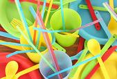 Jasne plastikowe naczynia jednorazowe na drewniane tło zbliżenie — Zdjęcie stockowe