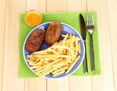 土豆炸薯条和汉堡铭牌上木制背景特写 — 图库照片
