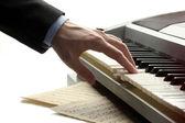 ピアノを弾く人の手 — ストック写真