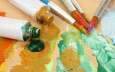 抽象のアクリル塗料、塗料チューブ、木製パレット ブラシ — ストック写真