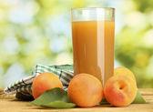 杏汁和鲜杏绿色背景上的木桌上玻璃 — 图库照片