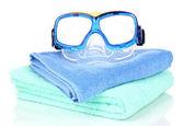 Zwemmen bril op handdoek geïsoleerd op wit — Stockfoto