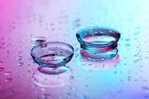 Soczewki kontaktowe, na tle różowy niebieski — Zdjęcie stockowe