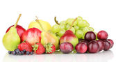 成熟的甜水果和浆果孤立在白色的混合 — 图库照片