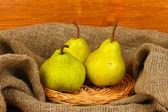 Peras maduras en saco en primer plano de fondo de madera — Foto de Stock