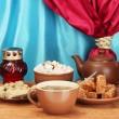 czajnik, filiżanki i spodki z orientalnych słodyczy - sorbet, Chałwa i Turcy na drewnianym stole na tle kurtyny z bliska — Zdjęcie stockowe