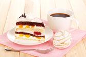 在木桌上分层的水果蛋糕 — 图库照片