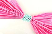 Rosa tuch gebunden mit perlen isoliert auf weiss — Stockfoto