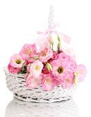Blumenstrauß eustoma in korb, isoliert auf weiss — Stockfoto