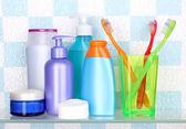 Police s kosmetiky a toaletních potřeb v koupelně — Stock fotografie